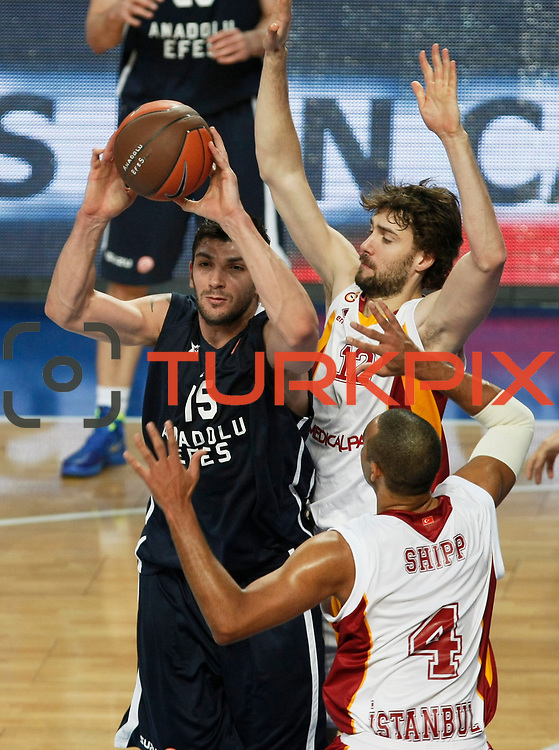 Anadolu Efes's Estaban Batista (L) and Galatasaray's Luksa Andric (C) during their Turkish Airlines Euroleague Basketball Top 16 Game 1 match Anadolu Efes between Galatasaray at Sinan Erdem Arena in Istanbul, Turkey, Thursday, January 19, 2012. Photo by TURKPIX