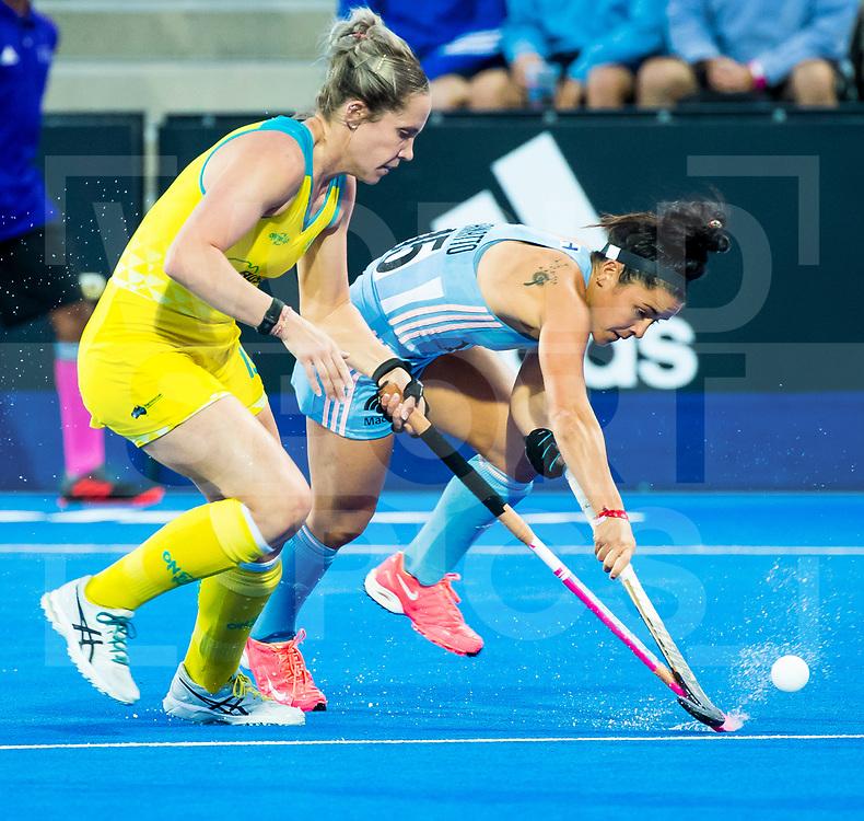 LONDEN - Maria-Jose Granatto (Arg) met Edwina Bone (Aus)   tijdens de kwartfinale tussen Argentinië en Australia in het Lee Valley Hockeystadium bij het wereldkampioenschap hockey voor vrouwen. ANP KOEN SUYK
