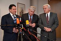 30 NOV 2009, BERLIN/GERMANY:<br /> Sigmar Gabriel (L), SPD Parteivorsitzender, Michael Sommer (M), DBGVorsitzender des Deutschen Gewerkschaftsbundes, DGB, und Franz-Walter Steinmeier (R), SPD Fraktionsvorsitzender, geben ein Pressestatement, vor Beginn eines Spitzentreffens zwischen der SPD-Fuehrung und den DGB Mitgliedsgewerkschaften, Willy-Brandt-Haus<br /> IMAGE: 20091130-01-005<br /> KEYWORS: Sitzung, Pressekonferenz