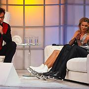 NLD/Hilversum/20110128 - Live show Sterren Dansen op het IJs2011, Babette van Veen op de bank bij Gerard Joling