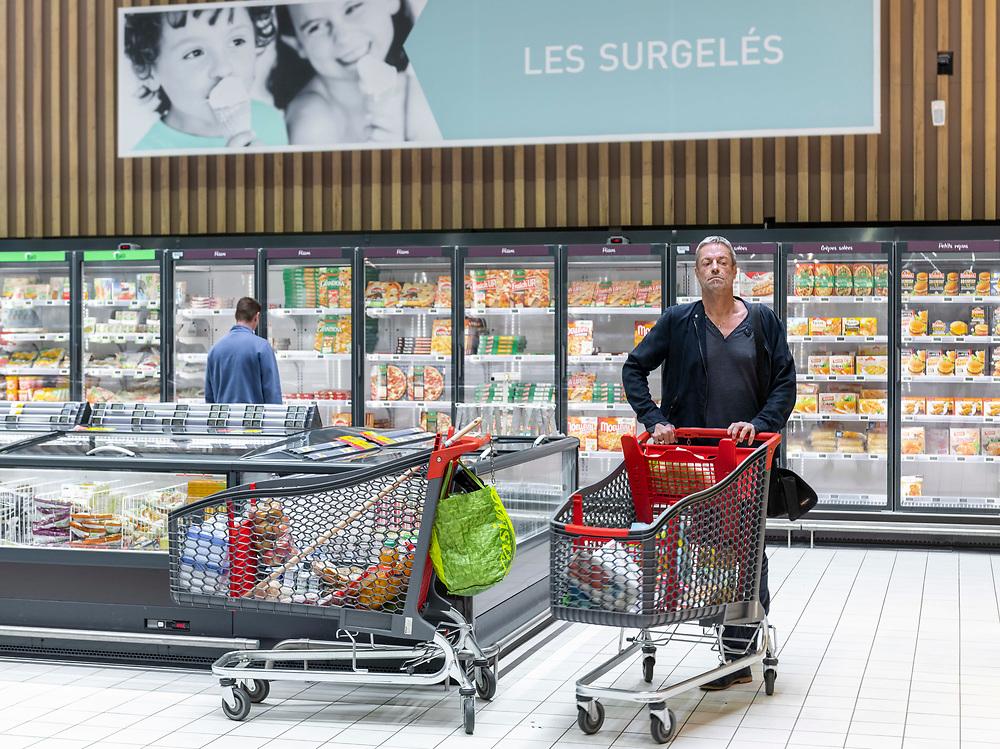 L'Intermarché de La Loupe, le 18 mars 2020<br /> Un client, qui pousse son caddie l'air inquiet, fait ses courses au supermarché aux rayons des surgelés.