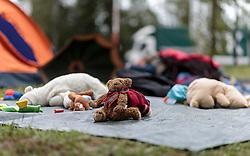 25.09.2015, Grenzübergang, Salzburg, AUT, Fluechtlingskrise in der EU, im Bild Flüchtlinge an der Grenze zu Deutschland, ein Teddybär // Migrants on the German Border, a teddy bear. Thousands of refugees fleeing violence and persecution in their own countries continue to make their way toward the EU, border crossing, Salzburg, Austria on 2015/09/25. EXPA Pictures © 2015, PhotoCredit: EXPA/ JFK