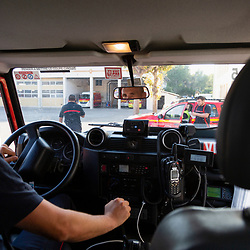 Suivi durant 24 heures de l'activité de pompiers, en majorité volontaires, du SDIS 13, déployés en GIFF (Groupe d'Intervention Feu de Forêt) pour lutter contre les départs d'incendie. A la fin de cette journée particulièrement calme, le CODIS annonce au GIFF qu'il rejoint une colonne extra-départementale partant des Bouches-du-Rhône. Celle-ci devra prêter main-forte aux sapeurs-pompiers de l'Hérault confrontés à plusieurs départs de feu sur le territoire attisés par des vents soutenus tandis que les moyens aériens nationaux sont limités du fait d'un important feu dans le Var. Tandis que le groupe se déplace, le chef de groupe prend ses éléments auprès de son interlocuteur dédié au centre des opérations et il inscrit sur le parebrise de sa VLTT les informations essentielles (canaux radio, téléphone du chef de colonne, POC) Août 2021 / Bouches-du-Rhône (13) / FRANCE<br /> Voir toutes les photos de ce reportage (89 photos) https://sandrachenugodefroy.photoshelter.com/gallery/2021-08-GIFF-du-SDIS13-Complet/G0000lDeWrBxRkHY/C0000yuz5WpdBLSQ