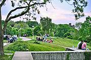 Nederland, Nijmegen, 17-5-2017Groepjes mensen ontspannen zich in de avond op de rand van de stuwwal, achter het voormalige Estel-gebouw, van Nijmegen. Vandaag was de warmste 17 mei sinds de weermetingen begonnen. Foto: Flip Franssen