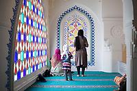 DEU, Deutschland, Germany, Berlin, 11.08.2013:<br />Eine muslimische Familie bei einem Gebet zum Ramadanfest in der Neuköllner Sehitlik-Moschee.