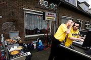 Twee DJ's tijdens het buurtfeest 'Vredig Ondiep' in de Utrechtse volkswijk Ondiep<br /> <br /> DJ at the street party in the neighbourhood Ondiep