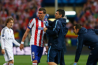 Atletico de Madrid's Mandzukic gets injured with his face covered in blood during quarterfinal first leg Champions League soccer match at Vicente Calderon stadium in Madrid, Spain. April 14, 2015. (ALTERPHOTOS/Victor Blanco)