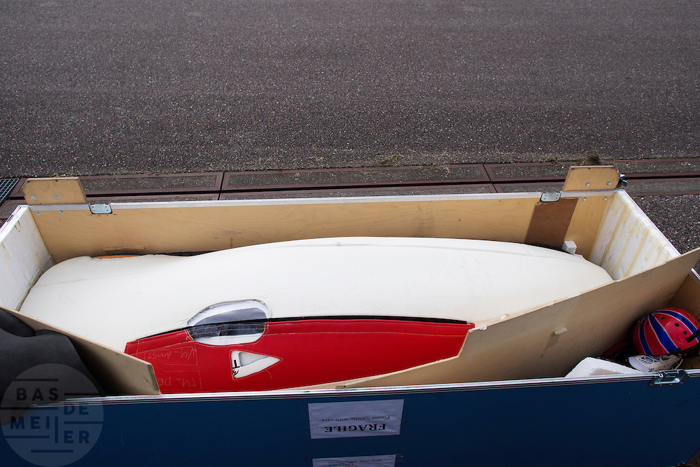 De VeloX2 in de transportkoffer. Het Human Powered Team Delft en Amsterdam traint op de testbaan van de RDW in Lelystad.<br /> <br /> The VeloX2 in the flight case. Human Powered Team Delft and Amsterdam is training at the test center of the RDW in Lelystad