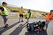 Iris Slappendel (tweede links) analyseert met de teamleden een testrun. In Battle Mountain, Nevada, oefent het team op een weggetje. Het Human Power Team Delft en Amsterdam, dat bestaat uit studenten van de TU Delft en de VU Amsterdam, is in Amerika om tijdens de World Human Powered Speed Challenge in Nevada een poging te doen het wereldrecord snelfietsen voor vrouwen te verbreken met de VeloX 7, een gestroomlijnde ligfiets. Het record is met 121,44 km/h sinds 2009 in handen van de Francaise Barbara Buatois. De Canadees Todd Reichert is de snelste man met 144,17 km/h sinds 2016.<br /> <br /> With the VeloX 7, a special recumbent bike, the Human Power Team Delft and Amsterdam, consisting of students of the TU Delft and the VU Amsterdam, wants to set a new woman's world record cycling in September at the World Human Powered Speed Challenge in Nevada. The current speed record is 121,44 km/h, set in 2009 by Barbara Buatois. The fastest man is Todd Reichert with 144,17 km/h.