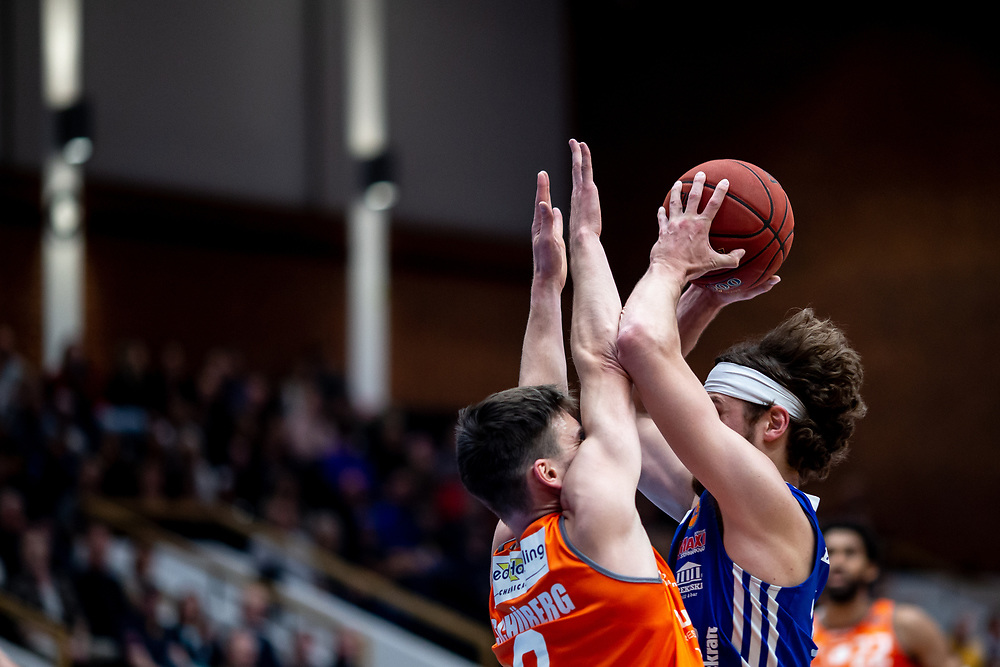 ÖSTERSUND 20211007<br /> Jämtlands Chase Harler i kamp med Norrköpings Tim Schüberg under torsdagens match i basketligan mellan Jämtland Basket och Norrköping Dolphins.<br /> Foto: Per Danielsson / Projekt.P