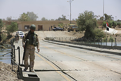 May 24, 2017 - Mosul, Iraq - The Iraqi Army has established a bridge across the Tigris in Northern Mosul to allow civilians to escape the fighting in West Mosul and ease supplies from East Mosul. Mosul, Iraq, 24 May 2017  (Credit Image: © Noe Falk Nielsen/NurPhoto via ZUMA Press)