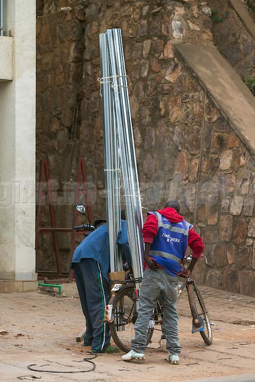 10 points for the creativity, but i'm not sure if the stability score is very high. Captured in Rwanda   10 poeng for kreativitet, men jeg er ikke sikker på om stabiliteten er mye å rope hurra for. Bildet er tatt i Rwanda i februar 2013.
