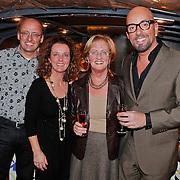 NLD/Amsterdam/20101218 - Verjaardag Maik de Boer met familie en vrienden, maik met zijn moeder broer en zussen