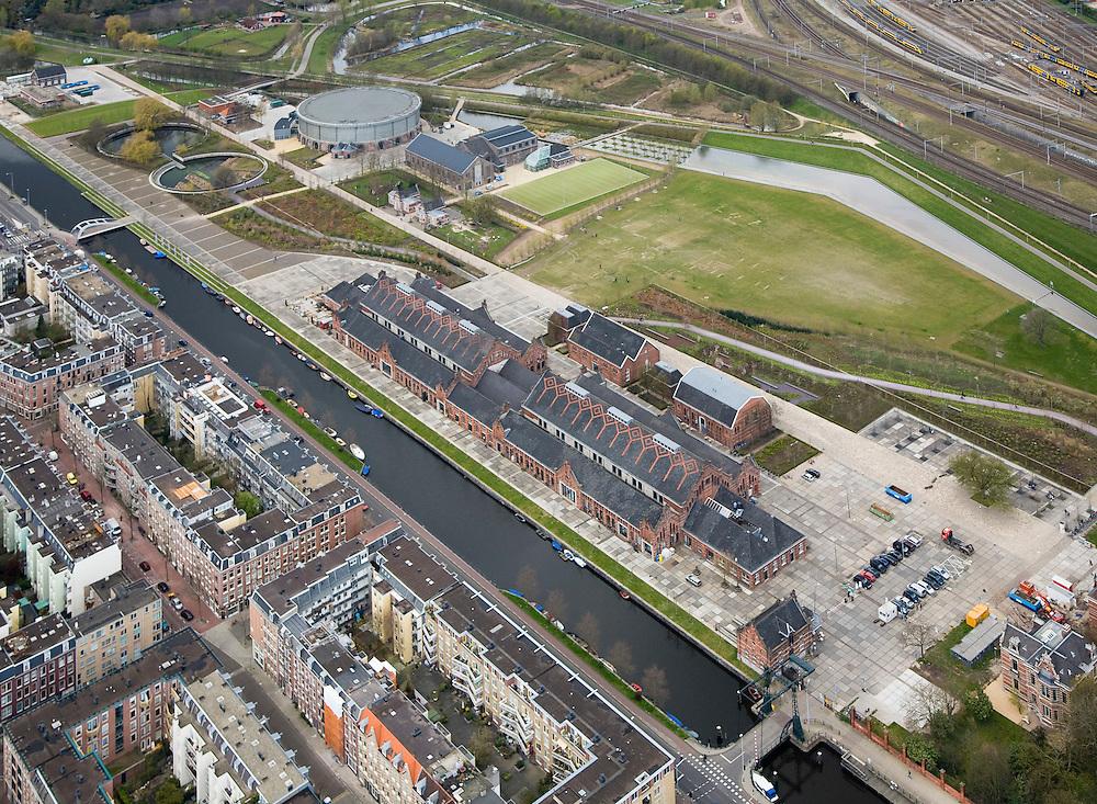 Nederland, Amsterdam, Westerpark, 16-04-2008; de gerenoveerde gebouwen op het terrein van de voormalige Westergasfabriek; het ernstige vervuilde terrein is inmiddels gesaneerd en vormt het nieuwe Westerpark; de voormalige fabrieksgebouwen hebben een culturele bestemming gekregen; direct grenzend aan het terrein de Haarlemmerweg en de Staatsliedenbuurt; onder rechts voormalig directiegebouw, nu Stadsdeelkantoor (Stadsdeel Westerpark);  boven de Gashouder (landmark); manifestaties, tentoonstelling, expositie, cultuur, industrieel en cultureel erfgoed; milieu, bodemverontreiniging, gif zie ook andere (lucht)foto's van deze lokatie ..luchtfoto (toeslag); aerial photo (additional fee required); .foto Siebe Swart / photo Siebe Swart