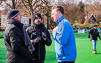 BLOEMENDAAL - hoofdklasse competitie dames, Bloemendaal-Kampong (1-1) . Overleg tussen de coach Michel van den Heuvel (Bldaal) , coach Alexander Cox (Kampong) en scheidsrechter Coen van Bunge , voor de wedstrijd. Door de koude werd het hoofdveld niet bespeelbaar en werd uitgeweken naar een bijveld.  COPYRIGHT KOEN SUYK