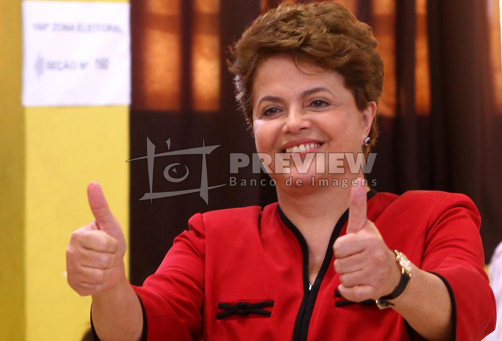 A candidata à presidência do Brasil pelo Partido dos Trabalhadores (PT), Dilma Rousseff, faz o V da vitória em um posto de votação em Porto Alegre, Rio Grande do Sul, Brasil, em 31 de outubro de 2010. Dilma Rousseff tornou-se a primeira mulher Presidente do Brasil, com  de 55% dos votos contra 44% recebidos por seu rival, o candidato do Partido Social Democrata Brasileiro (PSDB), José Serra. FOTO: Jefferson Bernardes/Preview.com