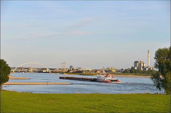 Nederland, Slijk Ewijk, 31-7-2015Gezicht op de uiterwaarden langs de rivier de Waal. Op de achtergrond De stadsbrug de Oversteek en de stad Nijmegen. Ook zichtbaar, de kolengestookte centrale, elektriciteitscentrale, elektriciteitscentrale van Elektrabel bij Nijmegen. Deze gaat begin 2016 stoppen en wordt gesloopt. Er komt een zonnepark en biomassacentrale. Milieu, stroomverbruik, stroomproducent, vrije markt elektriciteit, electriciteit, privatisering, liberalisering elektriciteitsmarkt.Foto: Flip Franssen/Hollandse Hoogte