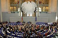 19 DEC 2003, BERLIN/GERMANY:<br /> Uebersicht des Plenarsaales Namentliche Abstimmung, Sondersitzung des Bundestages zur Abstimmung ueber das Reformpaket zu Steuern und Arbeitsmarkt, Deutscher Bundestag<br /> IMAGE: 20031219-01-052<br /> KEYWORDS: Übersicht, Plenum, Bundesadler