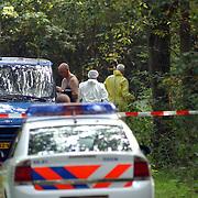 NLD/Huizen/20050906 - Verbrand lijk gevonden langs bospad Bussummerweg Huizen, witte pakken, technische recherche,