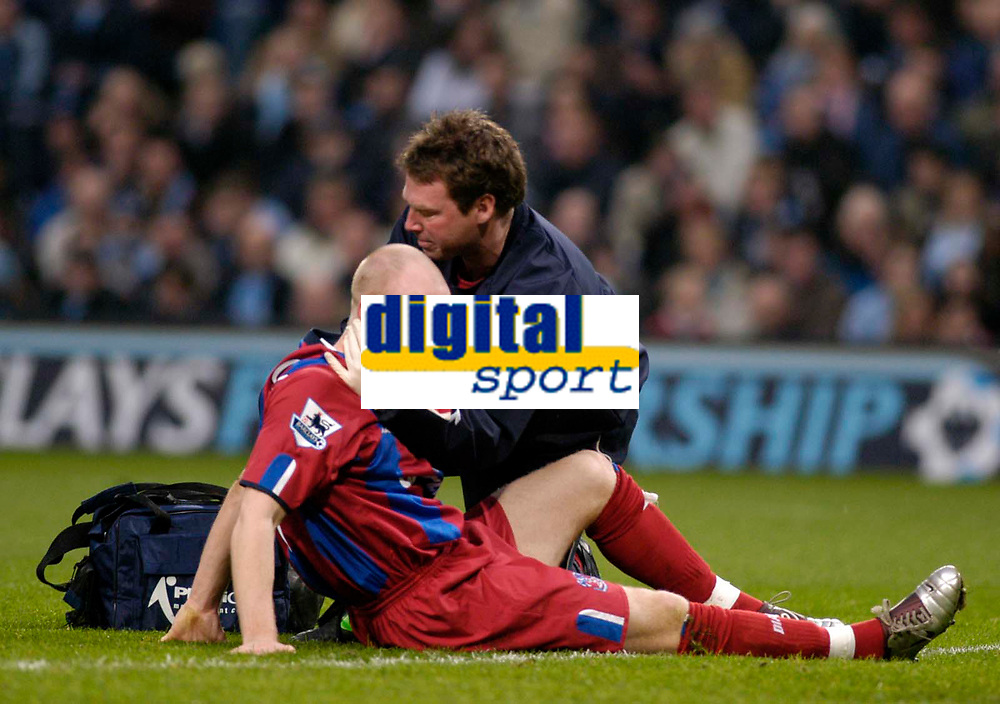 Fotball<br /> England 2004/22005<br /> Foto: BPI/Digitalsport<br /> NORWAY ONLY<br /> <br /> Manchester City v Crystal Palace<br /> Barclays Premiership. 15/01/2005<br /> <br /> Palace's Andy Johnson (L) receives treatment after sustaining a blow on the head.