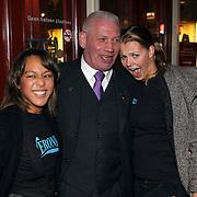 NLD/Amsterdam/20081104 - Première James Bond film Quantum of Solace, Charlie Jansen van TSC beveiliging met meisjes van het Veronica promotieteam
