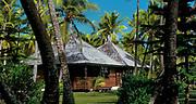 Prise de vue extèrieure de deux bungalows jardin de l'hôtel Le Méridien Ile des Pins situé sur l'Ile des Pins en Nouvelle Calédonie. Présence de palmiers et de pins colonaires.