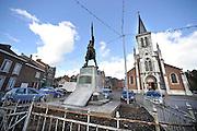 Belgie, Amay, 13-4-2013Een standbeel van een belgische soldaat, militair, mineur, die op een sokkel staat met daarin de namen gegraveerd van de gesneuvelden tijdens de eerste wereldoorlog die uit dit dorp kwamen.