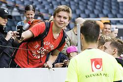 June 6, 2017 - Stockholm, SVERIGE - 170606 En Ã¥skÃ¥dare tar en selfie med spelare efter en träning med Sveriges fotbollslandslag den 6 juni 2017 i Stockholm. (Credit Image: © Andreas L Eriksson/Bildbyran via ZUMA Wire)