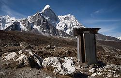 """THEMENBILD - Toilette vor der Ama Dablam. Wanderung im Sagarmatha National Park in Nepal, in dem sich auch sein Namensgeber, der Mount Everest, befinden. In Nepali heißt der Everest Sagarmatha, was übersetzt """"Stirn des Himmels"""" bedeutet. Die Wanderung führte von Lukla über Namche Bazar und Gokyo bis ins Everest Base Camp und zum Gipfel des 6189m hohen Island Peak. Aufgenommen am 21.05.2018 in Nepal // Trekkingtour in the Sagarmatha National Park. Nepal on 2018/05/21. EXPA Pictures © 2018, PhotoCredit: EXPA/ Michael Gruber"""