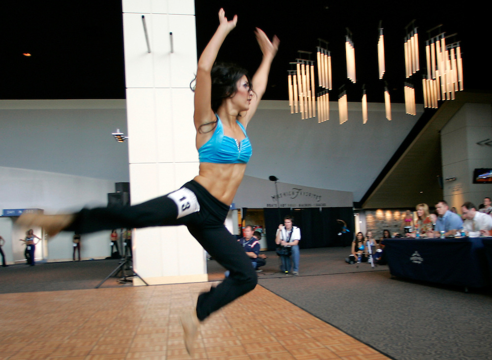Melissa Lopez Aust performs for the judges (R) on the second day of auditions for a spot on the  Denver Broncos cheerleaders squad  in Denver, Colorado March 25, 2007.  Over 250 women applied for the 34 slots on the team.  REUTERS/Rick Wilking (UNITED STATES)