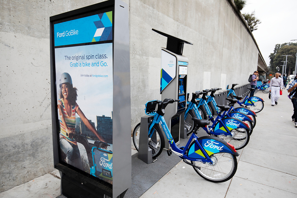 In Oakland staan bij het MacArthur treinstation een stalling van de Ford Gobike, het deelfietssyteem in San Francisco. Het openbaar huursysteem, voorheen Bay Area Bike Share geheten, is vanaf 2013 operatief rond de San Francisco bay. Het bestaat momenteel uit ongeveer 7000 fietsen. De fietsen kunnen bij elk station worden gepakt en op een willekeurig ander station worden neergezet. Per rit is het eerste half uur gratis, de huurfietsen zijn bedoeld voor korte ritten.<br /> <br /> The Ford Gobike, formerly known as Bay Area Bike Share, the bike sharing system in San Francisco Bay Area. The public rental system has been operative since 2013 in San Francisco and currently consists of about 7000 bikes. The bikes can be picked up at each station and put down at any other station. Per trip, the first half hour is for free. The rental bicycles are provided for short journeys.