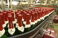 03 APR 2002, FREYBURG/GERMANY:<br /> Sektflaschen in der Abfuellanlage der Sektkellerei Rotkaeppchen<br /> IMAGE: 20020403-01-009<br /> KEYWORDS: Sekt, Rotkäppchen, Abfüllanlage, Flasche, Flaschen
