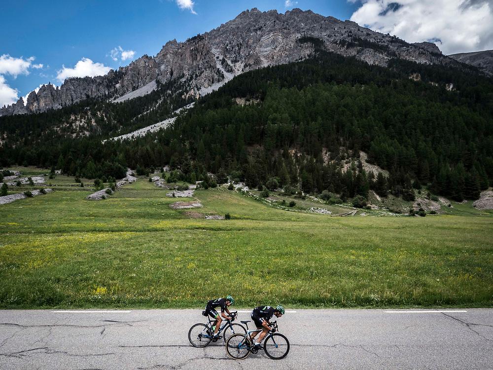 Bernard Hinault coach des cyclistes du team SKODA  amateur  pour participer a l'étape du tour quelques jours avant le tours de France 2017<br /> Concour de sprint avant la montée du col d'Izoard