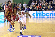 DESCRIZIONE : Milano Lega A 2013-14 Cimberio Varese vs Umana Reyer Venezia <br /> GIOCATORE : Coleman Aubrey<br /> CATEGORIA : Palleggio<br /> SQUADRA : Cimberio Varese<br /> EVENTO : Campionato Lega A 2013-2014<br /> GARA : Cimberio Varese vs Umana Reyer Venezia<br /> DATA : 27/10/2013<br /> SPORT : Pallacanestro <br /> AUTORE : Agenzia Ciamillo-Castoria/I.Mancini<br /> Galleria : Lega Basket A 2013-2014  <br /> Fotonotizia : Milano Lega A 2013-14 EA7 Cimberio Varese vs Umana Reyer Venezia<br /> Predefinita :