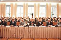 20 JUN 2000, BERLIN/GERMANY:<br /> Rudolf Scharping (M), SPD, Bundesverteidigungsminister, und rund 170 Vertreter von Indutrie und Mittelstand während dem Abschluß des Rahmenvertrages zwischen Bundeswehr und Industrie, Julius-Leber-Kaserne <br /> IMAGE: 20000620-01/01-30<br /> KEYWORDS: Unterschrift
