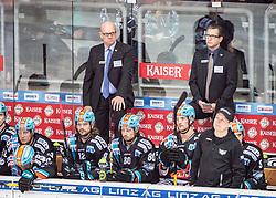 04.10.2019, Keine Sorgen Eisarena, Linz, AUT, EBEL, EHC Liwest Black Wings Linz vs HCB Suedtirol Alperia, 7. Runde, im Bild v.l. Head-Coach Tom Rowe (EHC Liwest Black Wings Linz), Assistent Coach Mark Szücs (EHC Liwest Black Wings Linz) // during the Erste Bank Eishockey League 7th round match between EHC Liwest Black Wings Linz and HCB Suedtirol Alperia at the Keine Sorgen Eisarena in Linz, Austria on 2019/10/04. EXPA Pictures © 2019, PhotoCredit: EXPA/ Reinhard Eisenbauer