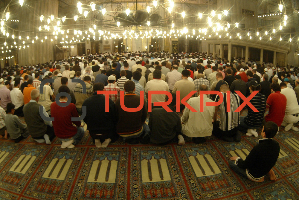 Turkish people seen prying first teravih to mark the start of Ramadan in the Blue Mosque in Istanbul. The Holly month of ramadan has started on Saturday night in Turkey for the Islam beliewers.  Saturday, 23.09.2006<br /> Photo by Ahmet DUMANLI/TURKPIX