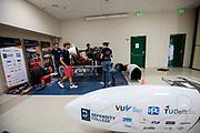 Teamleden werken aan de Velox in de tijdelijke werkplaats. Het Human Power Team Delft en Amsterdam, dat bestaat uit studenten van de TU Delft en de VU Amsterdam, is in Amerika om tijdens de World Human Powered Speed Challenge in Nevada een poging te doen het wereldrecord snelfietsen voor vrouwen te verbreken met de VeloX 8, een gestroomlijnde ligfiets. Het record is met 121,81 km/h sinds 2010 in handen van de Francaise Barbara Buatois. De Canadees Todd Reichert is de snelste man met 144,17 km/h sinds 2016.<br /> <br /> With the VeloX 8, a special recumbent bike, the Human Power Team Delft and Amsterdam, consisting of students of the TU Delft and the VU Amsterdam, wants to set a new woman's world record cycling in September at the World Human Powered Speed Challenge in Nevada. The current speed record is 121,81 km/h, set in 2010 by Barbara Buatois. The fastest man is Todd Reichert with 144,17 km/h.