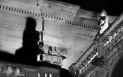 Statua che sembra fissare la propria ombra proiettata sul muro. centro stiorico di Lecce, Italia