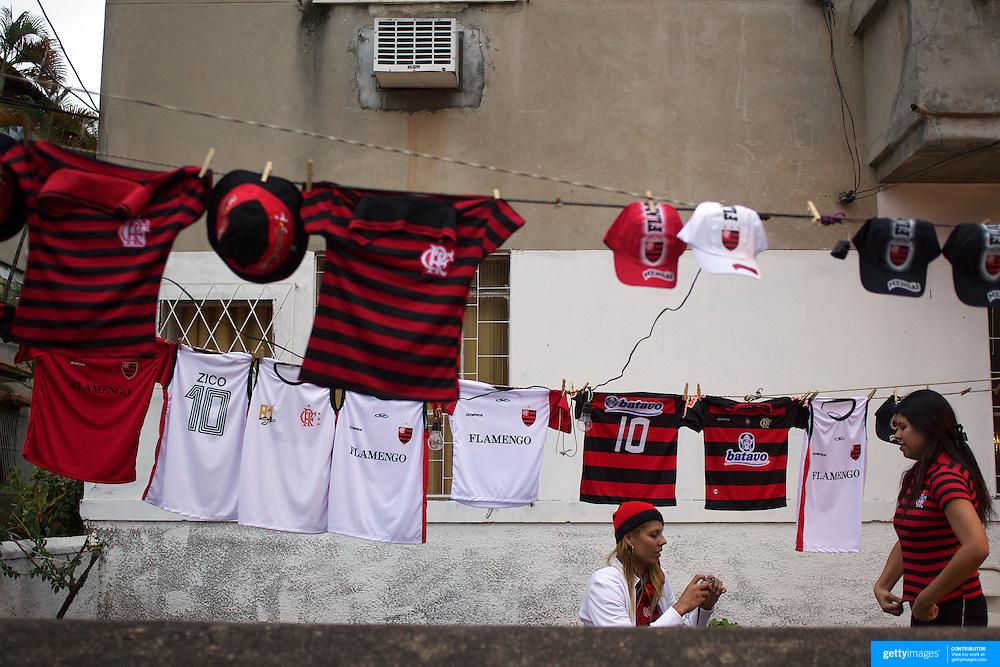 Shirt sellers line the streets during the Flamengo V  Fluminense, Futebol Brasileirao  League match at Estadio Olímpico Joao Havelange, Rio de Janeiro, The classic Rio derby match ended in a 3-3 draw. Rio de Janeiro,  Brazil. 19th September 2010. Photo Tim Clayton