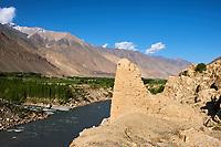 Tadjikistan, Asie centrale, Gorno Badakhshan, Haut Badakhshan, le Pamir, la forteresse de Khaakha dans la vallée du Wakhan, la rivière Panj sépare le Tadjikistan et l'Afghanistan // Tajikistan, Central Asia, Gorno Badakhshan, the Pamir, Khaakha fortress in Wakhan valley, Panj river between Tajikistan and Afghanistan