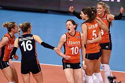08-01-2016 TUR: European Olympic Qualification Tournament Nederland - Italie, Ankara<br /> De volleybaldames hebben op overtuigende wijze de finale van het olympisch kwalificatietoernooi in Ankara bereikt. Italië werd in de halve finales met 3-0 (25-23, 25-21, 25-19) aan de kant gezet / Vreugde bij Nederland met Laura Dijkema #14, Lonneke Sloetjes #10, Robin de Kruijf #5