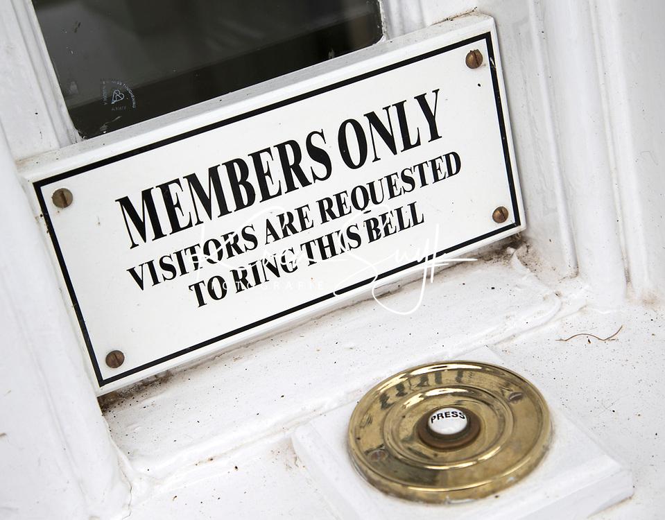 SANDWICH (GB) - Bel voor bezoekers; visitors ring the bell. The Royal St. George's Golf Club (1887), één van de oudste en meest beroemde golfclubs in Engeland. COPYRIGHT KOEN SUYK