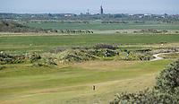 DOMBURG -  Afslag hole 6  van de Domburgsche Golf Club in Zeeland (Walcheren) .  Op de achtergros Westkapelle. COPYRIGHT KOEN SUYK