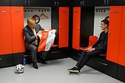 ROTTERDAM, 16-6-2020 . Koning Willem Alexander tijdens een werkbezoek gebracht aan De Kuip in Rotterdam in het kader van de impact van de coronapandemie op de evenementenbranche <br /> Koning Willem-Alexander spreekt aanvoerder Steven Berghuis