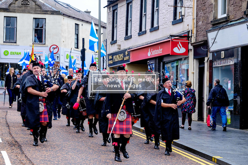 Lanark, Scotland, UK 20th August 2016   A march and ceremony to commemorate the death of Scottish Hero William Wallace (23rd August 1302) held on Saturday 20th August 2016.  Wallace has strong connections with the town of Lanark.  Stonehouse Pipe Band lead the parade in Lanark High Street.<br /> <br /> (c) Andrew Wilson | Edinburgh Elite media