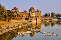 Inde, état du Madhya Pradesh, Mandu, palais de Jahaz Mahal du XVe siècle de style afghan construit par Ghyas-ud-Din // India, Madhya Pradesh state, Mandu,  15th century Afghan style Jahaz Mahal palace built by Ghyas-ud-Din