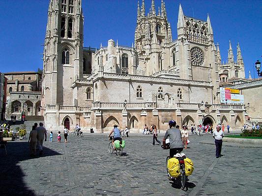 Spanje, Burgos, 30-8-2004..Als onderdeel van de pelgrimsroute naar Santiago de Compostella ligt de kathedraal van Burgos. De pelgrimstocht wordt ook vaak per fiets gemaakt. Pelgrims. fietstocht, voettocht, geloof, religie, bedevaart. Camino de Santiago...Foto: Flip Franssen