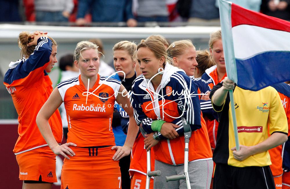 Teleurstelling bij Oranje na afloop van de verloren finale. In het midden de geblesseerde Maartje Paumen en Miek van Geenhuizen.