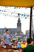 Nederland, The Netherlands, 21-7-2016 Recreatie, ontspanning, cultuur, dans, theater en muziek in de binnenstad. Onlosmakelijk met de vierdaagse, 4daagse, zijn in Nijmegen de vierdaagse feesten, de zomerfeesten. Festival op het eiland, lent, veurlent,lentereiland,rivierpark . Talrijke podia staat een keur aan artiesten, voor elk wat wils. Een week lang elke avond komen ruim honderdduizend bezoekers naar de stad. De politie heeft inmiddels grote ervaring met het spreiden van de mensen, het zgn. crowd control. De vierdaagsefeesten zijn het grootste evenement van Nederland en verbonden met de wandelvierdaagse. Foto: Flip Franssen